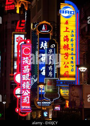 Enseignes au néon sur la rue commerçante animée de Nanjing Road, Shanghai, Chine Banque D'Images