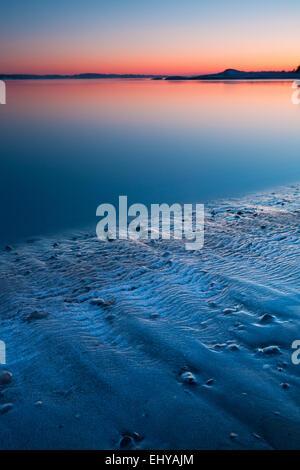 Soir d'hiver froid sur la plage au four à Råde kommune, Oslofjorden, Østfold fylke, la Norvège. Banque D'Images