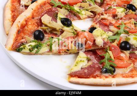 Pizza italienne avec le fromage et les olives Banque D'Images