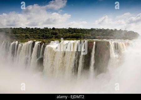 L'Argentine, Iguazu Falls National Park, el Diablo Garganta cascade, vue sur le Brésil Banque D'Images