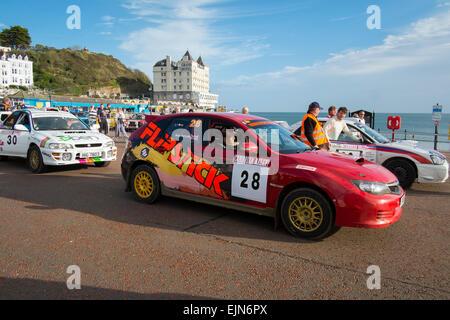 Voitures de rallye sur le front de mer de Llandudno, au Pays de Galles, au début de la Cambrian Rally. Banque D'Images