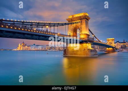 Budapest. Image de Budapest, capitale de la Hongrie, au cours bleu crépuscule heure. Banque D'Images