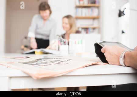 Portrait of businesswoman using digital tablet par journal sur desk in office Banque D'Images