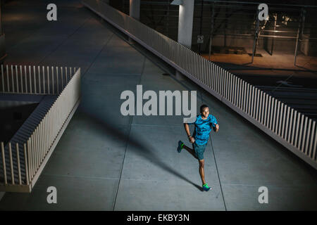 High angle view of young man running on city promenade de nuit Banque D'Images