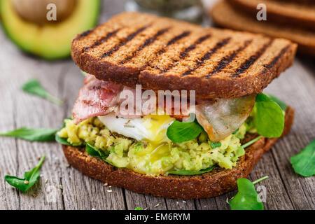 Sandwich à l'avocat et œufs pochés Banque D'Images
