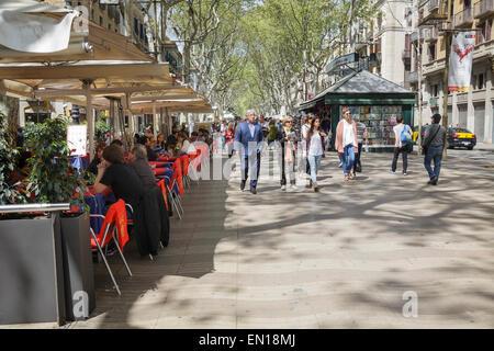 Personnes à pied et boire à cafés sur la Rambla, Barcelone, Catalogne, Espagne Banque D'Images
