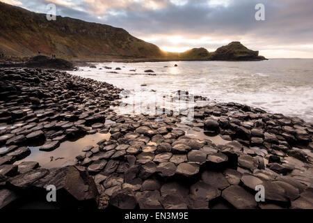 Coucher de soleil sur la Chaussée des géants dans le comté d'Antrim, sur la côte nord-est de l'Irlande du Nord. Banque D'Images