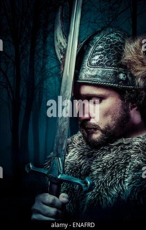 La paix, guerrier viking, homme habillé en style barbare avec épée, barbus Banque D'Images