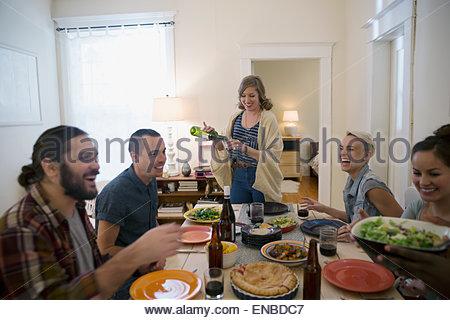 Les amis de dîner de travail Banque D'Images
