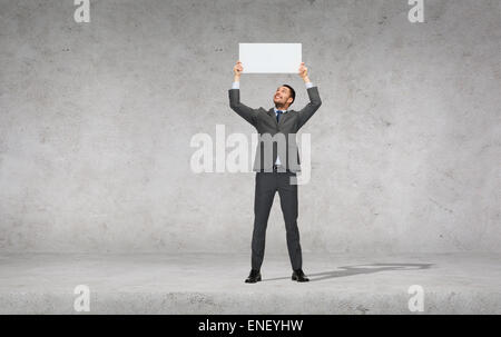 Smiling businessman with blank blanc Banque D'Images