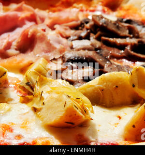 Libre de quatre saisons, pizza au jambon, artichauts, champignons et olives noires Banque D'Images