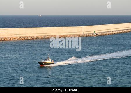 Bateau pilote et de la jetée dans un port Méditerranéen Banque D'Images