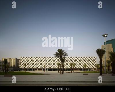 Grande place urbaine avec bibliothèque au-delà au crépuscule. King Fahad Bibliothèque Nationale, Riyadh, Arabie Banque D'Images