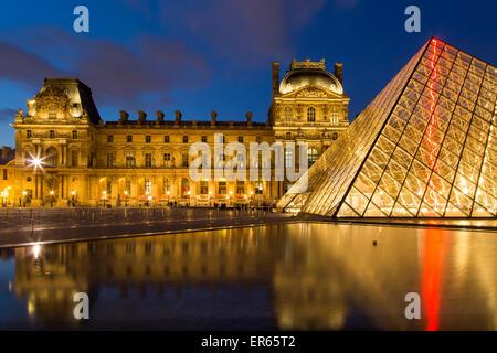 Crépuscule dans la cour du Musée du Louvre, Paris, France Banque D'Images