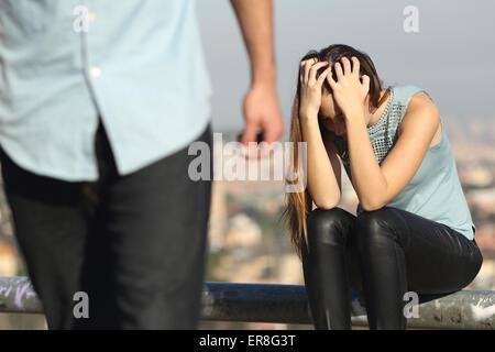 Rupture d'un couple avec bad guy et triste petite amie avec une ville de l'arrière-plan Banque D'Images
