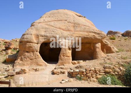 Les belles grottes de rochers roses sur le chemin à Pétra, en Jordanie. Banque D'Images