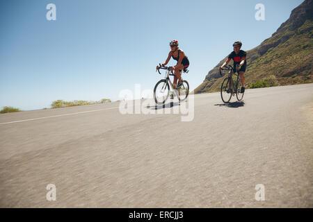 Les athlètes en compétition dans l'épreuve de cyclisme du triathlon. Les triathlètes à vélo sur les routes de campagne Banque D'Images