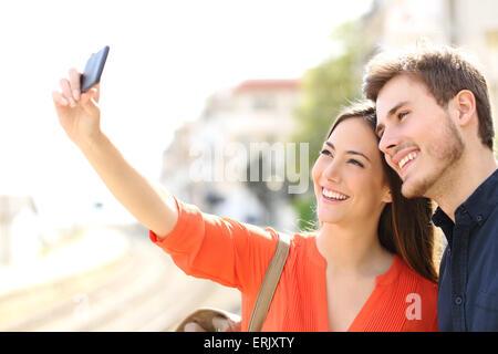 Photographier un couple de touristes voyageur dans une gare selfies Banque D'Images