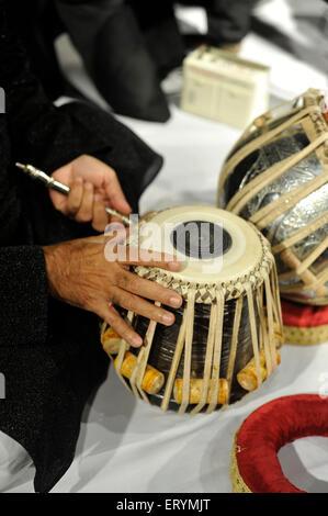 Tabla de réglage d'instruments de musique classique indienne Mumbai Maharashtra Inde Asie Banque D'Images