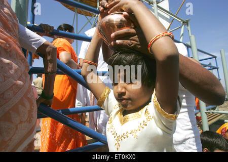 Jeune fille exerçant son Mahamasthakabhisheka ustensile en cuivre de coco; festival; Shravanabelagola Jain important Banque D'Images