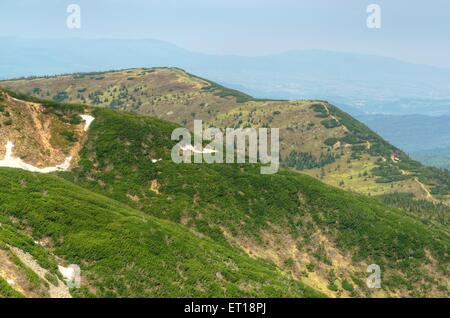 Paysage de montagne au printemps. Vue pittoresque s'étend de la crête la plus élevée dans les montagnes Beskides Banque D'Images