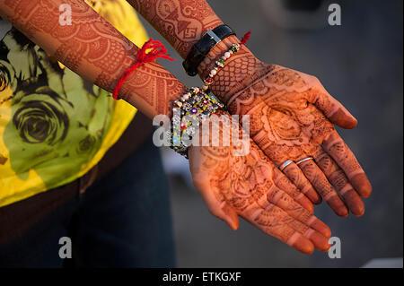 Peint au henné les mains sur une femme indienne, juste marié. Udaipur, Rajasthan, Inde Banque D'Images