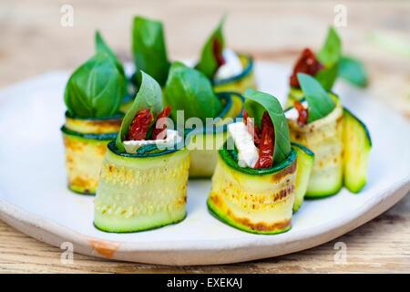 Rouleaux de courgettes au fromage de chèvre, tomates séchées et basilic Banque D'Images