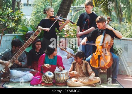 Enfants jouant avec des instruments de musique de la musique classique indienne maestro Bhimsen Joshi Chaurasia Banque D'Images