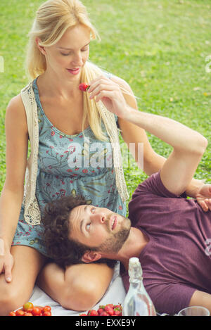 Couple having picnic ensemble Banque D'Images
