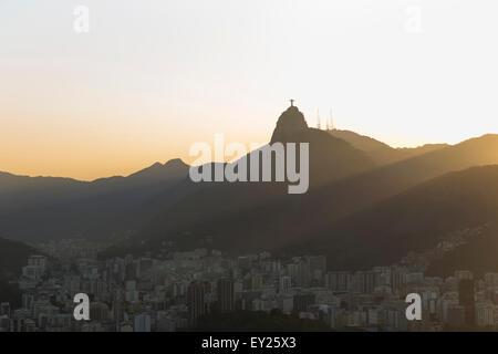 Vue éloignée de la ville et le Christ Rédempteur à l'aube, Rio de Janeiro, Brésil Banque D'Images