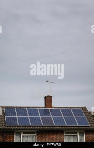 Des panneaux solaires sur le toit d'une maison sur un jour nuageux gris ne produisant pas d'énergie Banque D'Images