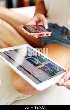 Libre d'une jeune fille à l'aide d'un iPad et un iPhone Banque D'Images