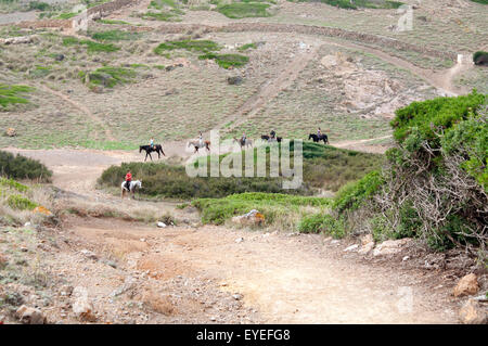 Un groupe de cavaliers font leur chemin à cheval le long de la Cami de Cavalls suite nuptiale chemin sur l'île de Banque D'Images