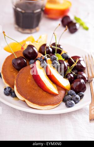 Crêpes de fruits, miel et bleuets Banque D'Images