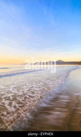 Four Mile Beach au lever du soleil. Port Douglas, Queensland, Australie Banque D'Images