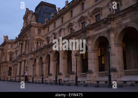 Pavillon Denon du Louvre Palace (Palais du Louvre) au crépuscule. Banque D'Images