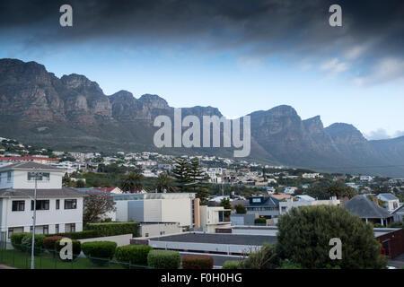 Vue sur les montagnes de Camps Bay, Afrique du Sud Banque D'Images