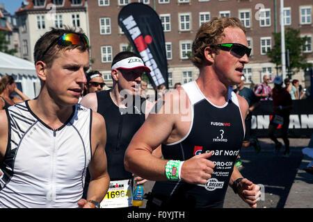 Copenhague, Danemark. 23 août, 2015. Les triathlètes exécute l'epuisement de 44,2 km longue étape dans les rues Banque D'Images