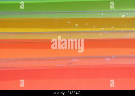 Bandes de couleurs abstraites. Close up low angle de lilo en plastique humide. Banque D'Images