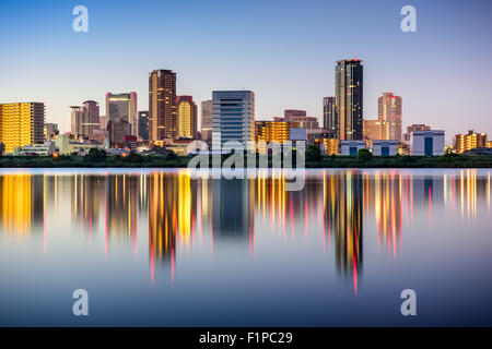 Osaka, Japon à l'horizon sur le quartier d'Umeda Yodogawa River. Banque D'Images