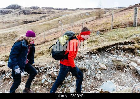 Jeune couple hiking, Honister Mine d'Ardoise, Keswick, Lake District, Cumbria, Royaume-Uni Banque D'Images