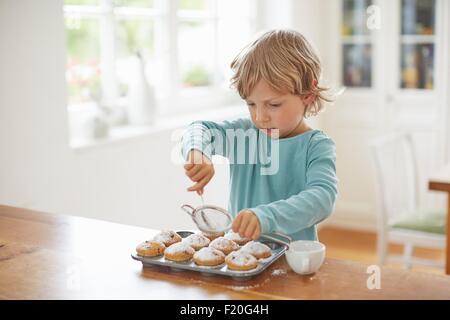 Boy making cupcakes dans la cuisine Banque D'Images