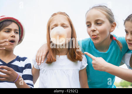 Les filles jouant avec bubble gommes, Bavière, Allemagne Banque D'Images