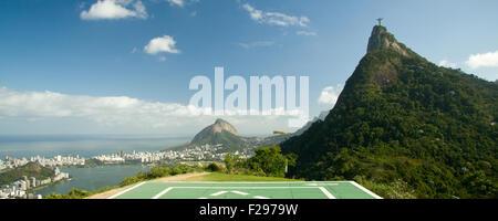 Vue éloignée du Christ Rédempteur au sommet du Corcovado, Rio de Janeiro, Brésil Banque D'Images