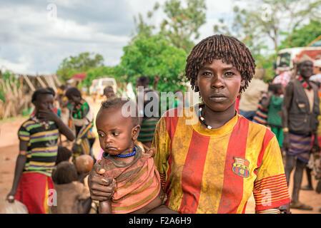 Portrait d'une femme de la tribu Hamar avec son bébé dans le sud de l'Éthiopie. Banque D'Images