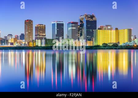 Osaka, Japon skyline sur la rivière Yodogawa. Banque D'Images