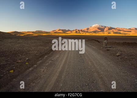 Route de terre vide sur la montagne aride de haute altitude sur les hauts plateaux des Andes, sur le chemin du célèbre Banque D'Images