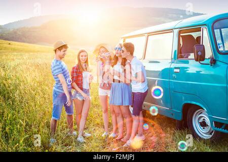 Les jeunes amis hipster on road trip un jour d'été Banque D'Images