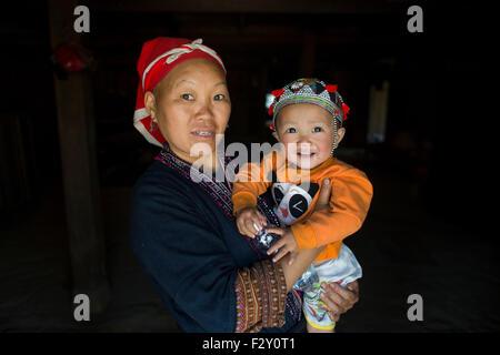 Mère et bébé de la tribu Hmong ethniques au Vietnam Banque D'Images