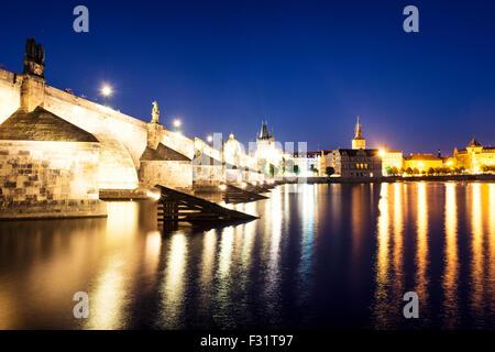 Vue nocturne de la vieille ville pittoresque et le Pont Charles avec la Vltava, Prague, République Tchèque Banque D'Images